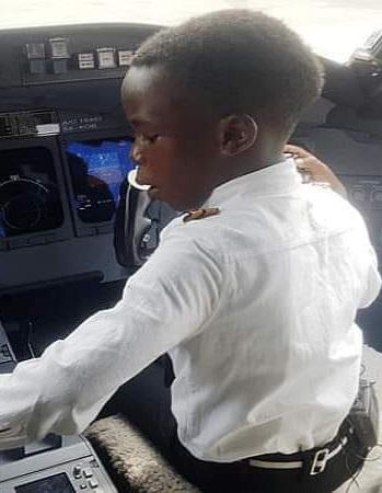 UN ENFANT AFRICAIN DE 7 ANS PILOTE D'AVION